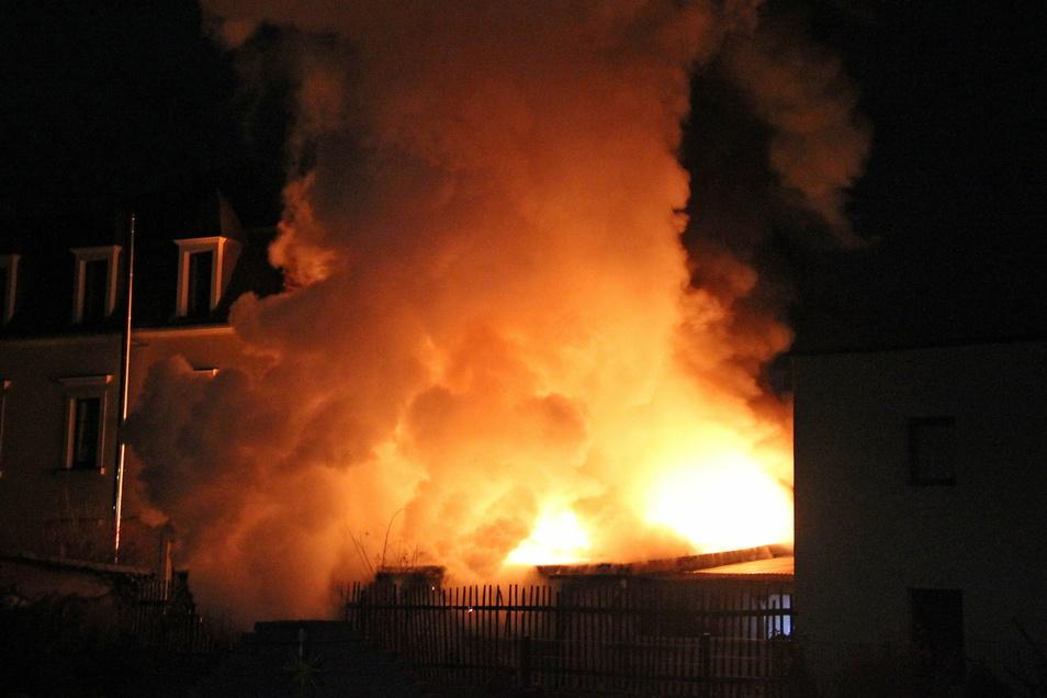 Die Flammen waren in der Nacht weithin sichtbar.