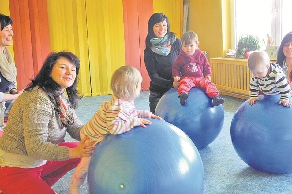 Jeden Mittwoch von 9 bis 12 Uhr lädt das Sorbische Familien- und Bildungszentrum LIPA in Schmerlitz zum Mutter-Kind-Kreis ein. Mitarbeiterin Carolin Jurk leitet ihn. Hier gibt es feste Rituale wie wiederkehrende Lieder, Ballspiele, Fingerspiele und kleine