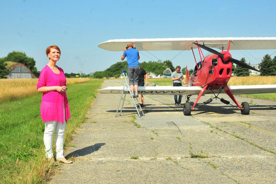 Die beliebte MDR-Moderatorin Beate Werner behielt trotz tropischer Hitze auf dem Großenhainer Flugplatz charmant die Ruhe.