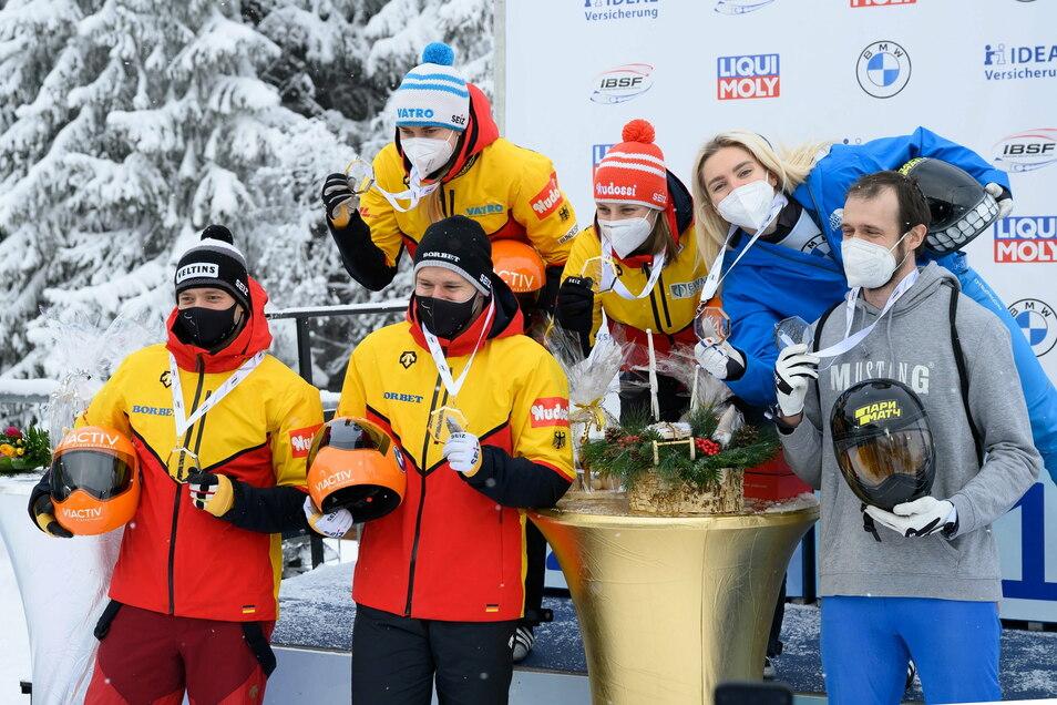 Die deutsch-russischen Festspiele von Altenberg gehen weiter. Auch in der Skeleton-Mixed-Staffel dominieren die beiden Nationen, mit Gold und Silber für Deutschland.