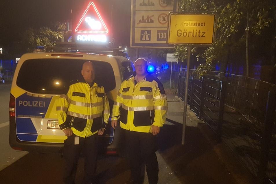 Polizeioberkommissar Danilo Weise und Polizeihauptkommissar Lars Jährmann im Einsatz auf der Görlitzer Stadtbrücke.