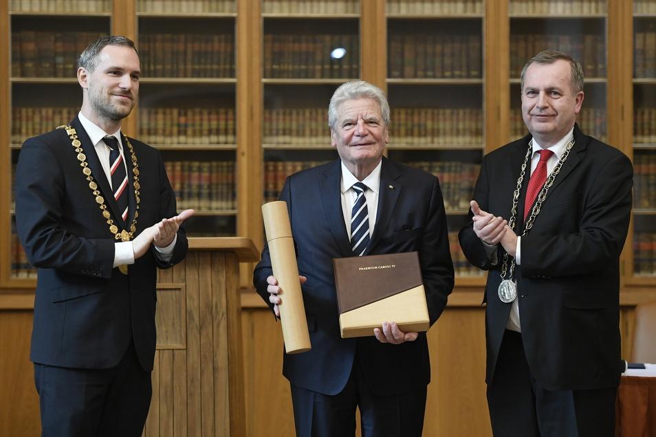Altbundespräsident Joachim Gauck (M), nimmt im Januar 2019 neben Tomas Zima (r), Rektor der Karlsuniversität in Prag, und Zdenek Hrib (l), Oberbürgermeister von Prag, den Internationalen Karlspreis der Stadt Prag und der Karlsuniversität entgegen.