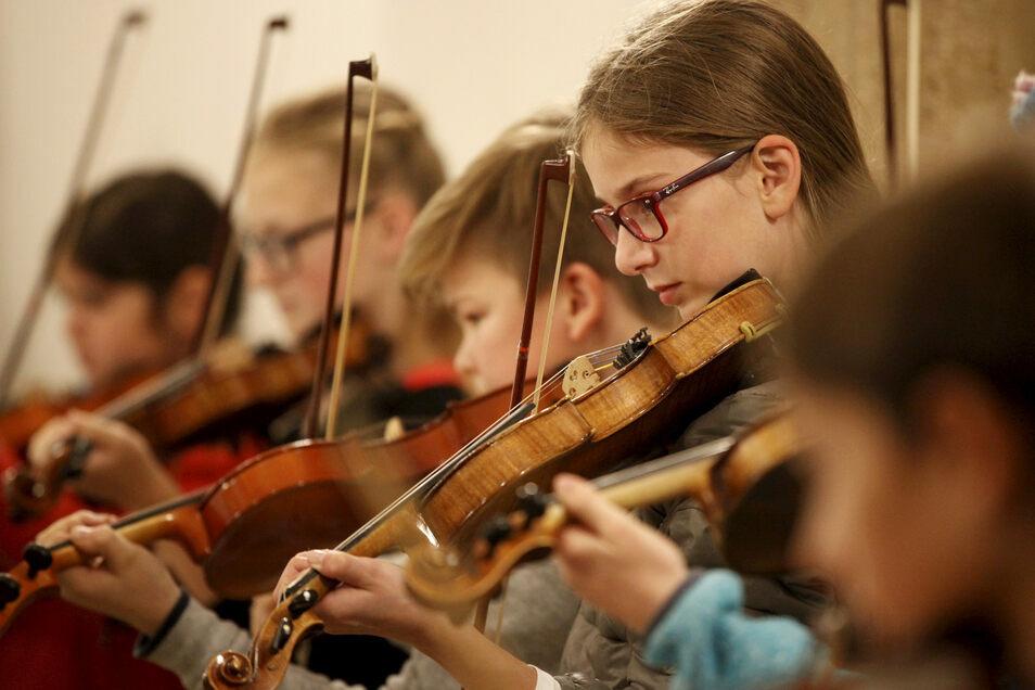 Ein Instrument zu lernen, gehört für viele Kinder zum Alltag. Und auch Auftritte - wie hier bei der Zittauer Kulturnacht. In Görlitz büßt die Musikschule durch die Änderung bei der Kulturförderung jetzt ein.