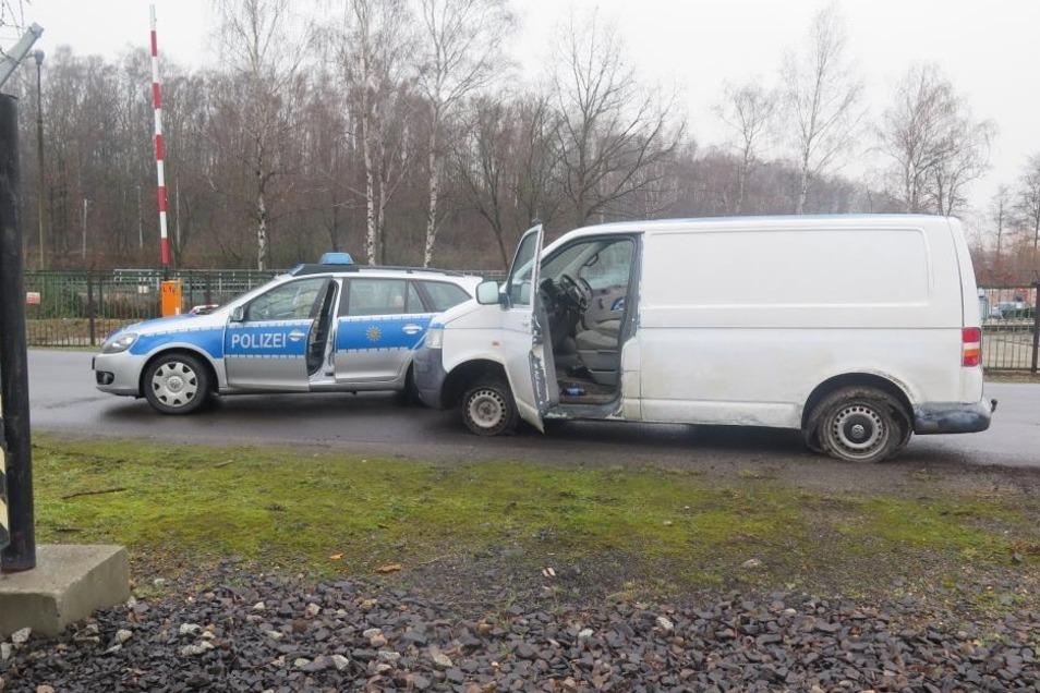 Unter anderem mit diesem VW T5 flüchtete der Angeklagte und konnte durch die Polizei gestoppt werden. Die Räder waren da schon völlig zerstört.