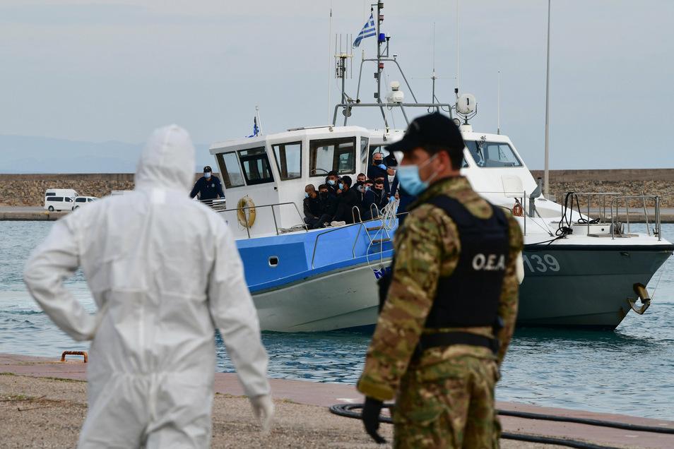 Immer wieder geraten Boote mit Migranten in Seenot. Die Menschen müssen dann oft von der griechischen Küstenwache gerettet werden. Doch nicht immer gelingt das.