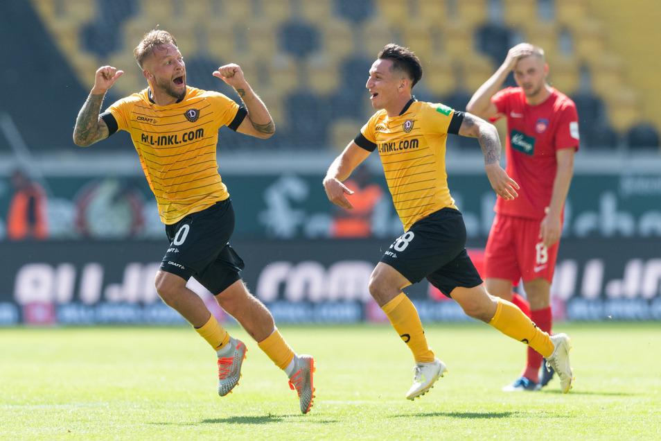 Dynamos Patrick Ebert (l) jubelt nach seinem Tor zum 1:0 mit Baris Atik, Heidenheims Robert Leipertz (r) steht enttäuscht dahinter.