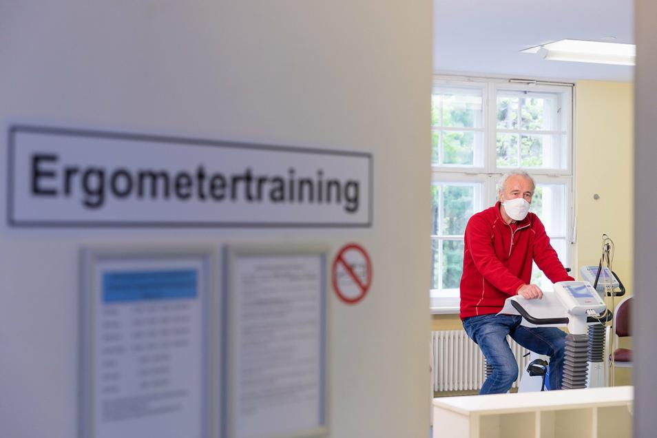 Ein Reha-Patient sitzt in der Klinik in Bad Gottleuba auf einem Ergometer. Die Branche hat in der Corona-Krise mit wirtschaftlichen Schwierigkeiten zu kämpfen.