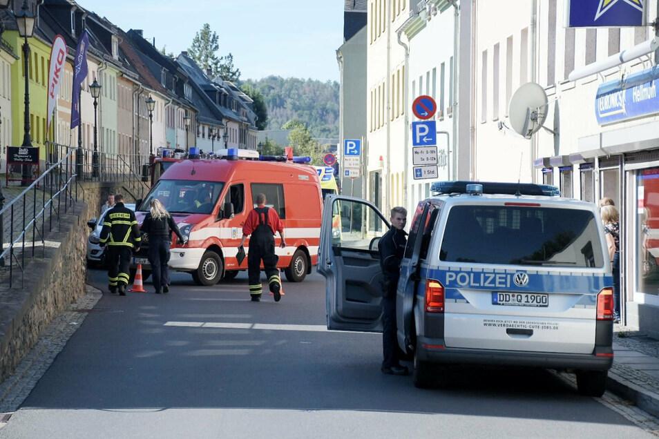 Polizei, Rettungskräfte und Feuerwehr waren bei dem Einsatz an der Niederstadt in Waldheim vor Ort. Die Straße war kurzzeitig gesperrt.