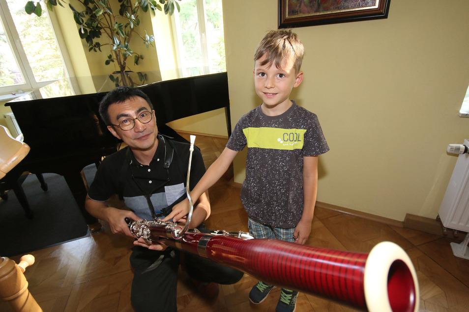 Edgar aus Roßwein lässt sich von Schnji Komaki das Fagott erklären. Aber eigentlich interessiert sich der Sechsjährige für den Geigenunterricht. Sein älterer Bruder spielt Klavier.