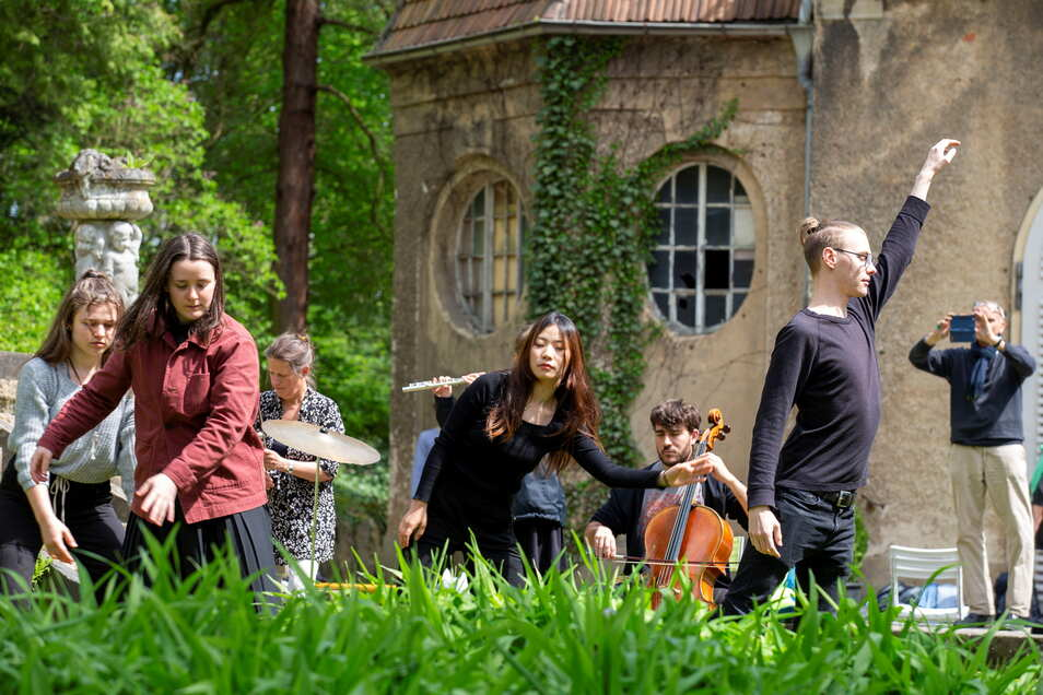 Zur Eröffnung des Freiluftmalens der Roland Gräfe Stiftung in Struppen traten Tänzer der Hochschule Carl Maria von Weber aus Dresden in einer Performance zum Thema Musik und Töne auf.
