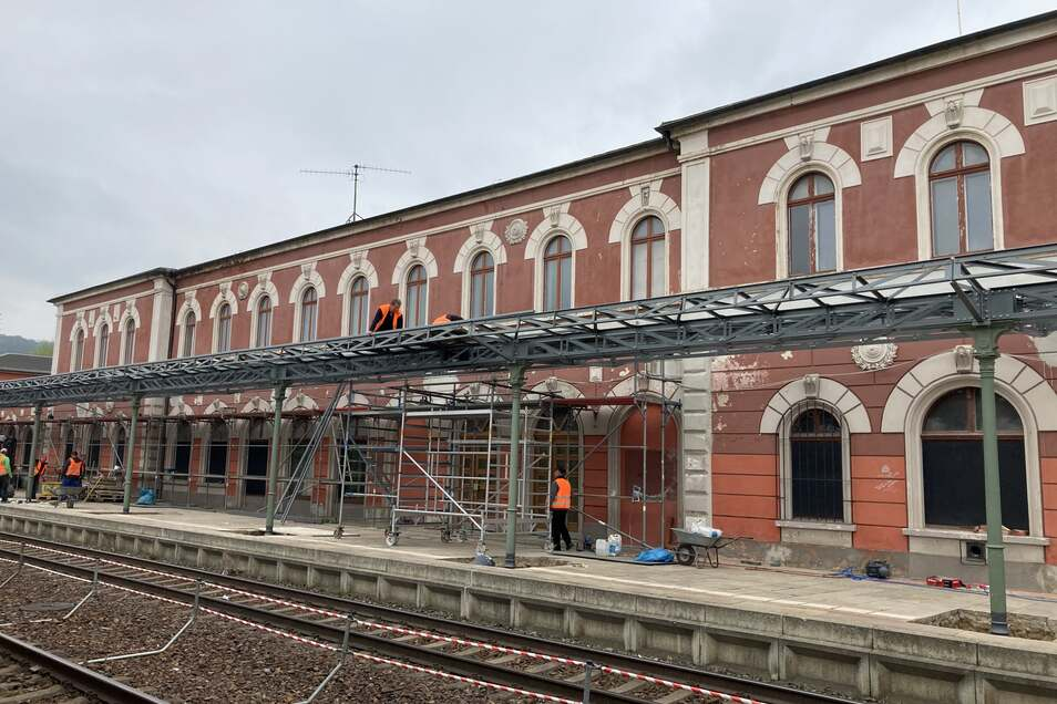 Die Sanierung des historischen Bahnsteigdaches am Bahnhof Löbau liegt in den letzten Zügen.