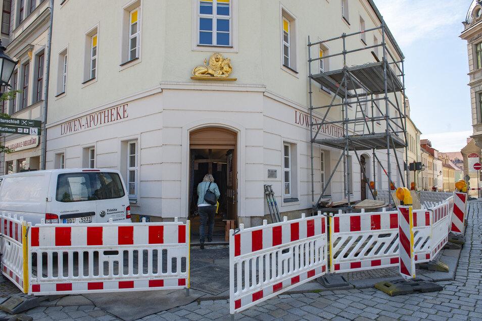 Die Großenhainer Löwen-Apotheke Großenhain zeigt auch äußerlich, was zurzeit in ihrem Inneren vor sich geht. Im geschichtsträchtigen Haus wird gebaut.