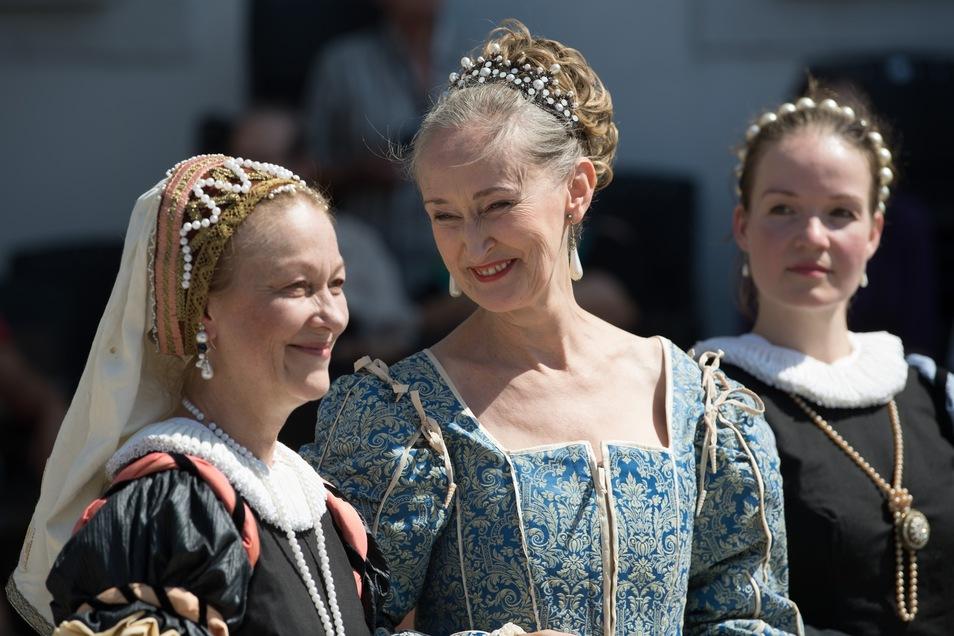 Laiendarsteller tragen beim Fest Renaissance-Kostüme.