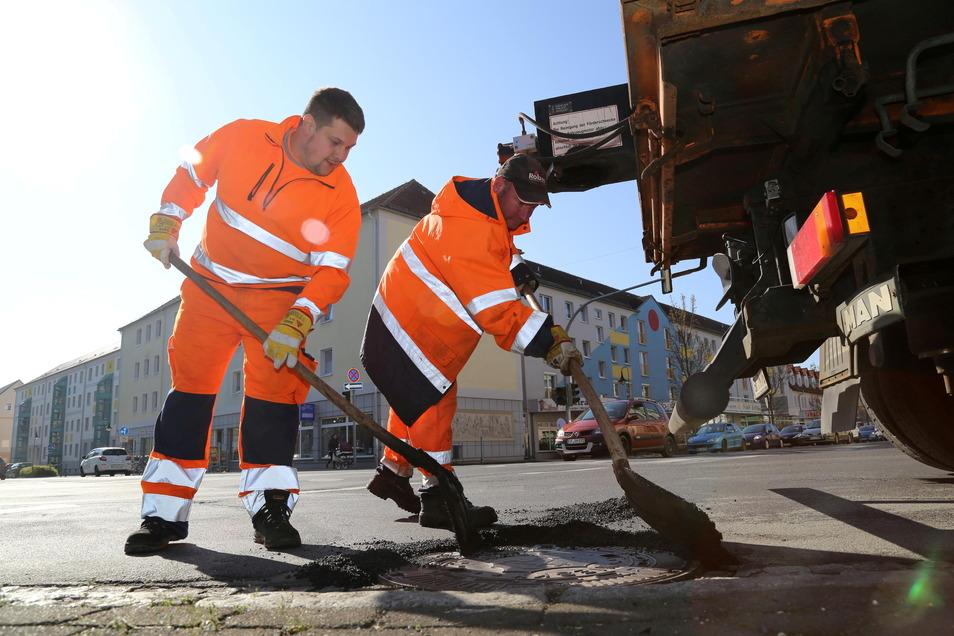 Bevor es an das Instandsetzen ganzer Straßen geht, werden jedes Jahr erst die Winterschäden beseitigt wie hier in Niesky am Zinzendorfplatz.