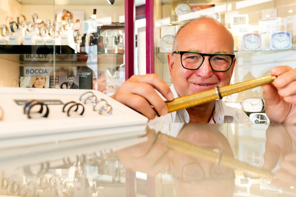 Uhrmachermeister und Juwelier Andreas Renger aus Bautzen freut sich, dass wieder mehr Menschen in der Stadt zum Einkaufen unterwegs sind.