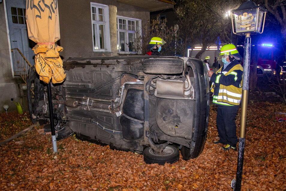 In der Nacht zum Mittwoch überschlug sich ein VW in Deutschbaselitz bei Kamenz. Zwei Personen wurden verletzt.
