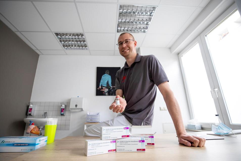 Der Kesselsdorfer Hausarzt Dr. Michael Klug hatte vergangene Woche noch Sorge, dass er seine großen Mengen von Astrazeneca-Impfstoff nicht unters Volk bringt. Die Situation hat sich geändert.