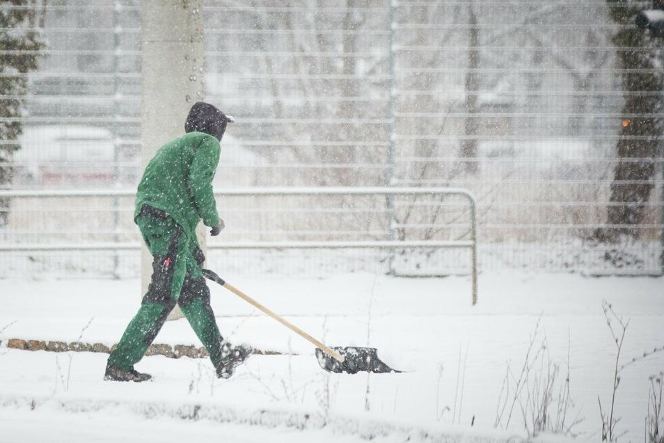 Jetzt muss Schnee geschoben werden, auch vor dem eigenen Haus, steht in den Regeln der Stadt.
