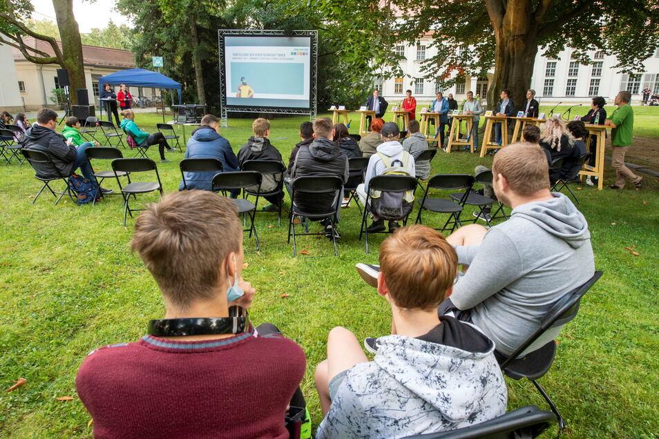 Bei der vom Jugendring Pirna organisierte U18-Wahl-Party im Park der Musikschule in Pirna wurden auf der Leinwand auch Filme zur Wahl des Comedy-Duos Günther und Hindrich gezeigt. (1/5)