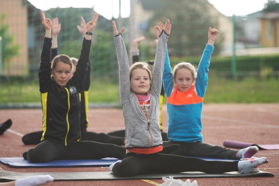 Kleine Akrobaten trainieren am Sonnabend auf dem Sportplatz hinter der Oberschule in Ottendorf-Okrilla.