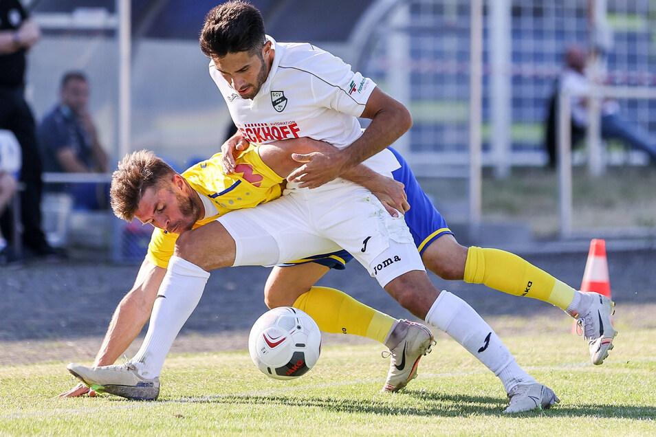 Hart umkämpft: Loks Maik Salewski (l.) und Verls Aygün Yildirim wollen beide an den Ball und nächste Saison mit ihrer Mannschaft in der 3. Liga spielen.