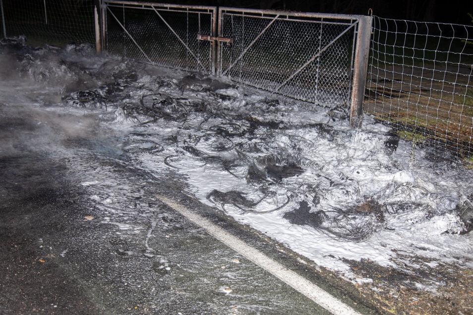 So sah es am Brandort an der Straße zwischen Kleinpraga und Birkau aus, nachdem Feuerwehrleute die Flammen gelöscht hatten.