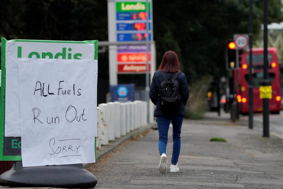 London: Eine Frau geht an einem Schild vorbei, das den Mangel an Kraftstoff am Eingang einer Tankstelle anzeigt.