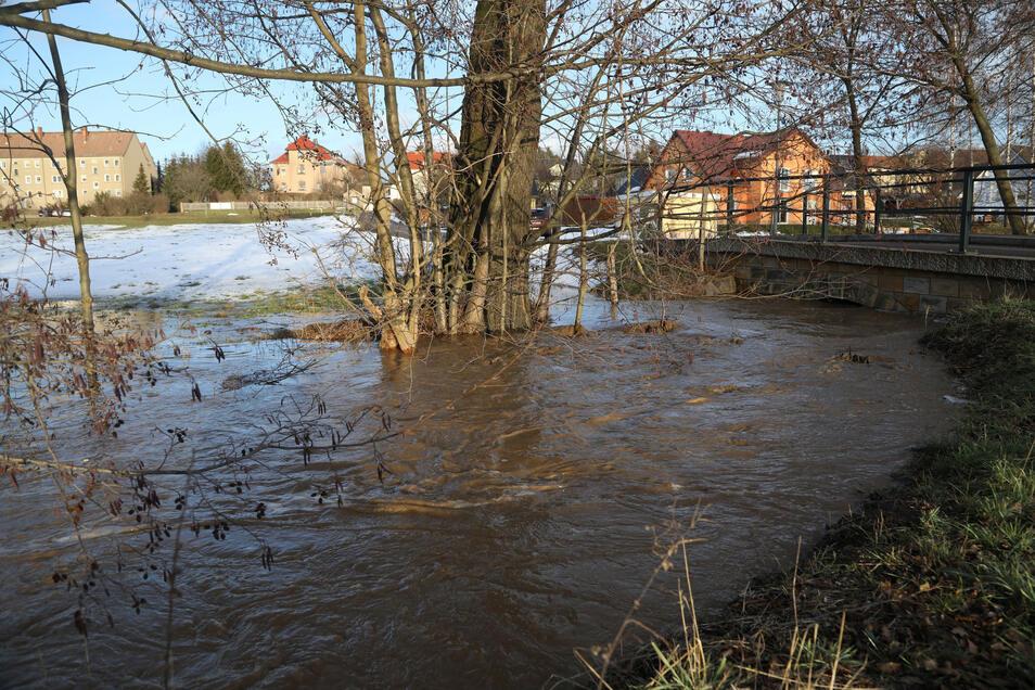 Anfang Februar stand das Schmelzwasser am Mühlweg auf der Straße und auf den Wiesen. Durch ein Rückhaltebecken soll dieses Bild er Vergangenheit angehören.