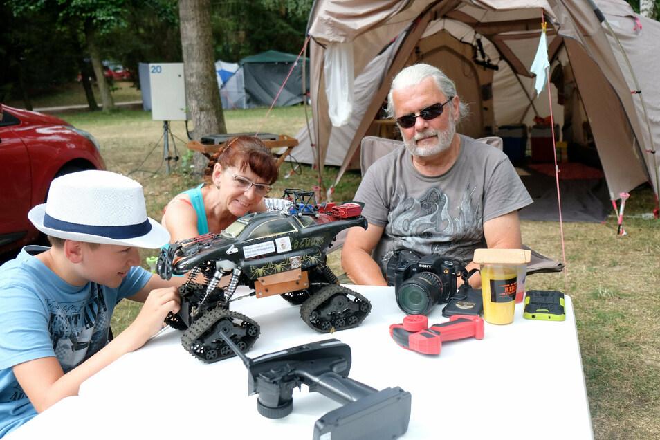 Arn Kreutzmann verbringt seine Ferien mit seinen Großeltern Angela und Matthias Broch auf dem Campingplatz im Waldbad Oberau.