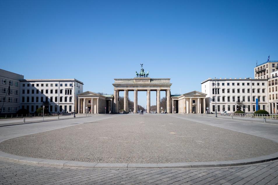 Wie hier in Berlin ist das öffentliche Leben lahmgelegt. Das trifft die Wirtschaft ins Mark.