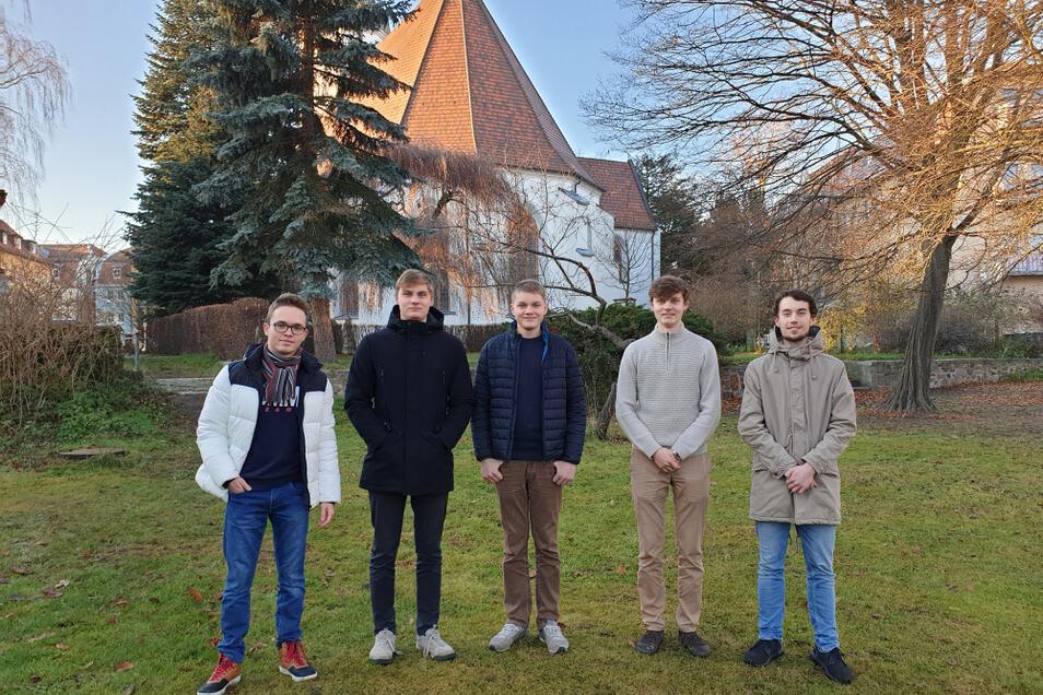 Leon Eckelmann, die Brüder Johann, Philipp und Karl Christian Koch sowie Jan Koark treffen sich vorerst weiter online zum Austausch über aktuelle Themen. Im Hintergrund ist die Johanneskirche zu sehen.