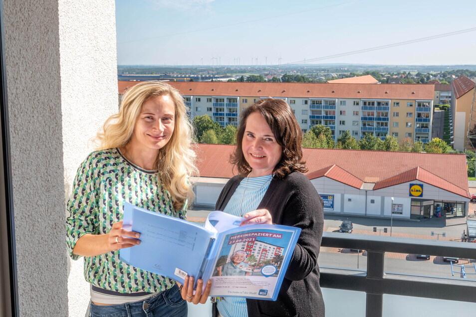 Susan Eisenreich und Ina Lauke von der Riesaer Wohnungsgesellschaft auf einem Balkon in der achten Etage der Chemnitzer Straße 2. In dem Haus können sich Interessenten am Freitag selbst umsehen.