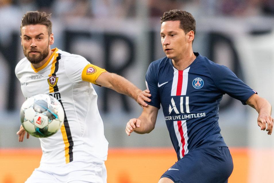 Niklas Kreuzer (l.) im Zweikampf mit dem deutschen Nationalspieler Julian Draxler, der zum 2:0 für Paris traf.