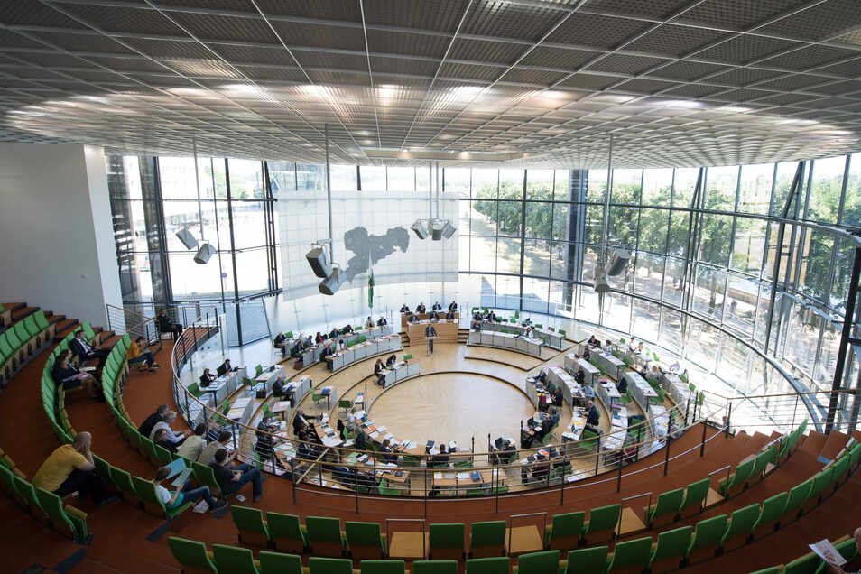 Blick in den Plenarsaal des Sächsischen Landtages. 36 Kandidaten aus dem Landkreis Bautzen buhlen um die Gunst der Wähler, um eines der 60 Direktmandate zu bekommen. Weitere 60 Abgeordnete werden über die Listen der Parteien gewählt.
