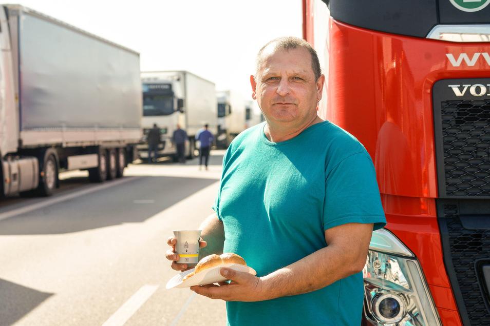 Ein Kaffee und ein Imbiss: Fahrer Oleg aus Weißrussland steht seit mehr als 10 Stunden im Stau.