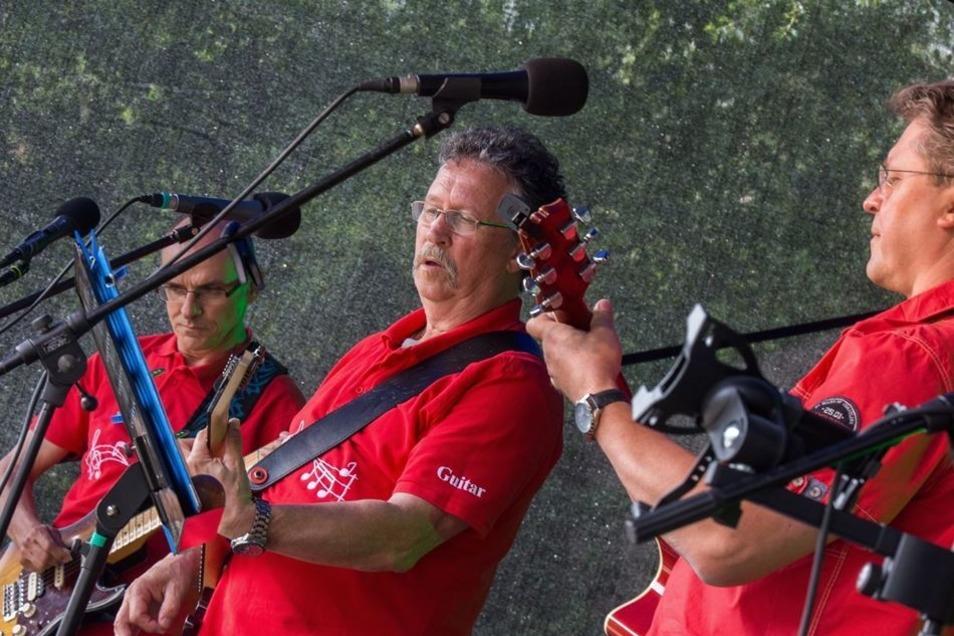 Die Band Taktlos sind vorwiegend ältere Herren. Die Amateure kommen aus Riesa und spielen sauberen Rock.