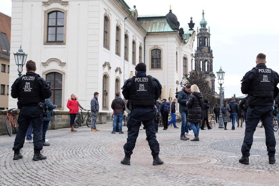 Polizisten sperren am Samstag die Brühlschen Terrassen. Gegen Abend kam es in der Innenstadt zu Auseinandersetzungen.