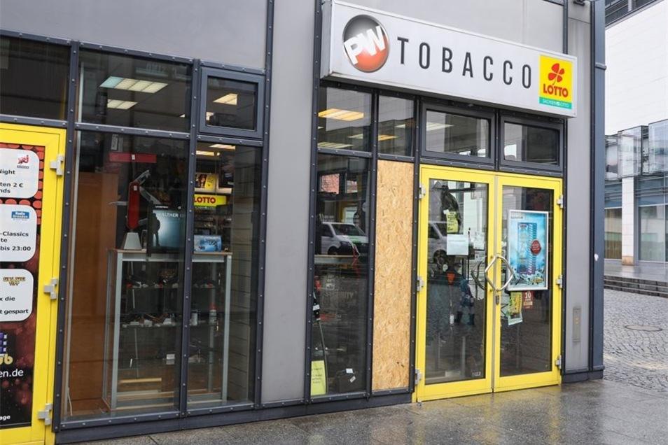 In dem Geschäft gibt es neben Tabakwaren auch Waffen, allerdings keine scharfen.
