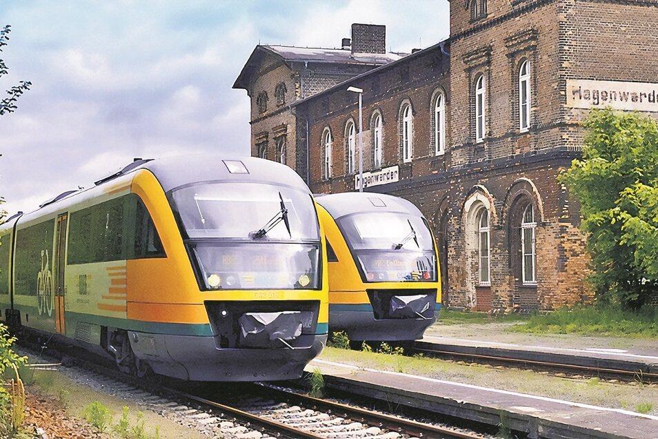 Heute kreuzen stündlich tagsüber die Odeg-Triebwagen auf dem Bahnhof Hagenwerder. Vorn beschleunigt einer nach Zittau; dahinter steht der Triebwagen nach Görlitz.