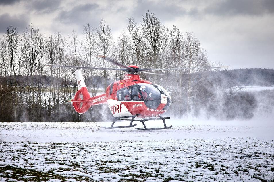 Zwei schwer verletzte Waldarbeiter wurden mit Rettungshubschraubern in Kliniken geflogen.