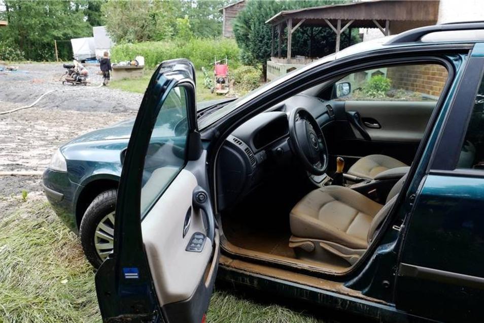 Das schlammige Wasser stand auch im Auto von Familie Schulze.