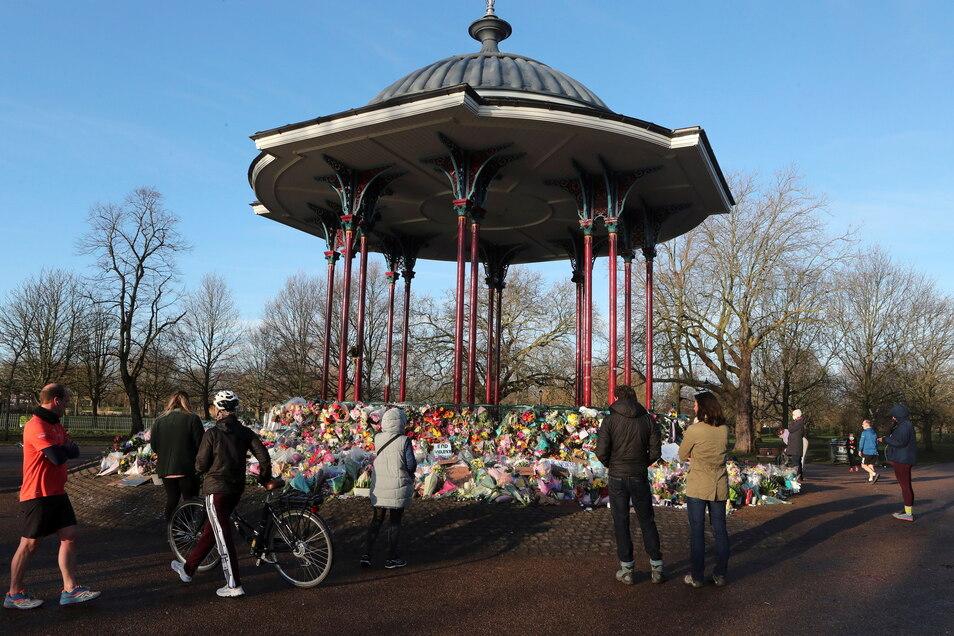 Trotz Warnungen vor rechtlichen Konsequenzen hatten sich am Samstagabend Hunderte Menschen in einem Park im Süden Londons versammelt, um der mutmaßlich von einem Mann entführten und ermordeten Sarah E. zu gedenken.
