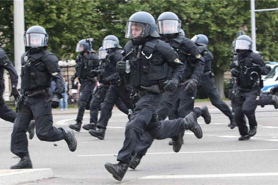 Polizisten gehen gegen Demonstranten vor, die gegen einen rechten Aufmarsch protestiert haben.