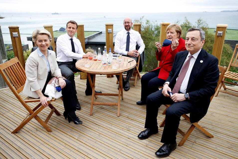 Ursula von der Leyen (v.l-r), Präsidentin der EU-Kommission, Emmanuel Macron, Präsident von Frankreich, Charles Michel, Präsident des Europäischen Rates, Angela Merkel, Bundeskanzlerin, und Mario Draghi, Ministerpräsident von Italien, während eines Treffe