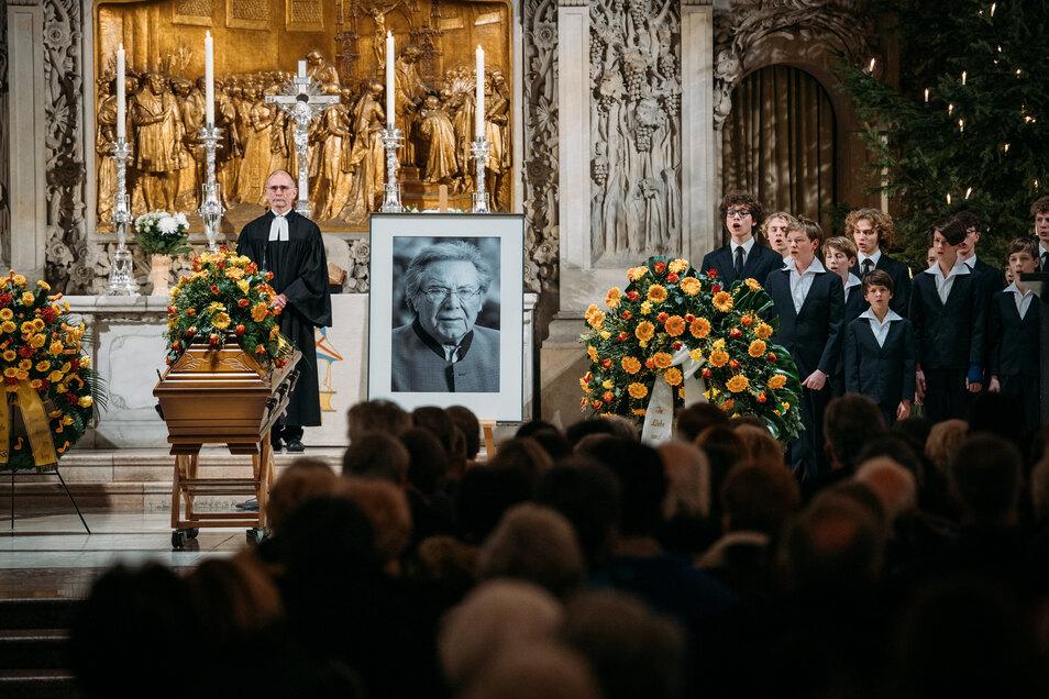 In der Dresdner Kreuzkirche haben Fans, Weggefährten und der Kreuzchor Abschied von dem Startenor Peter Schreier genommen.