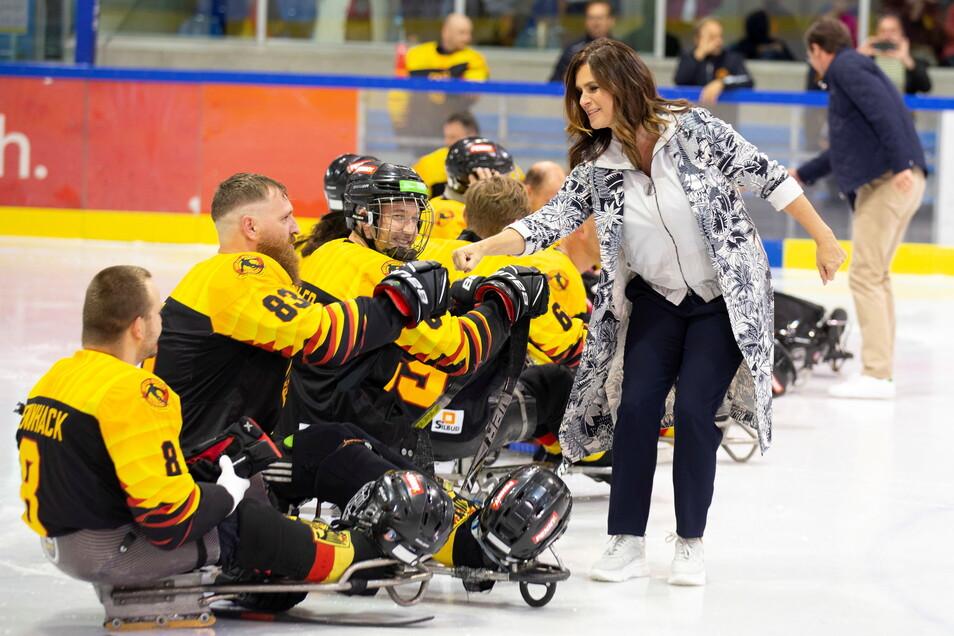 Katarina Witt eröffnete in Dresden den Para-Eishockey-Cup.
