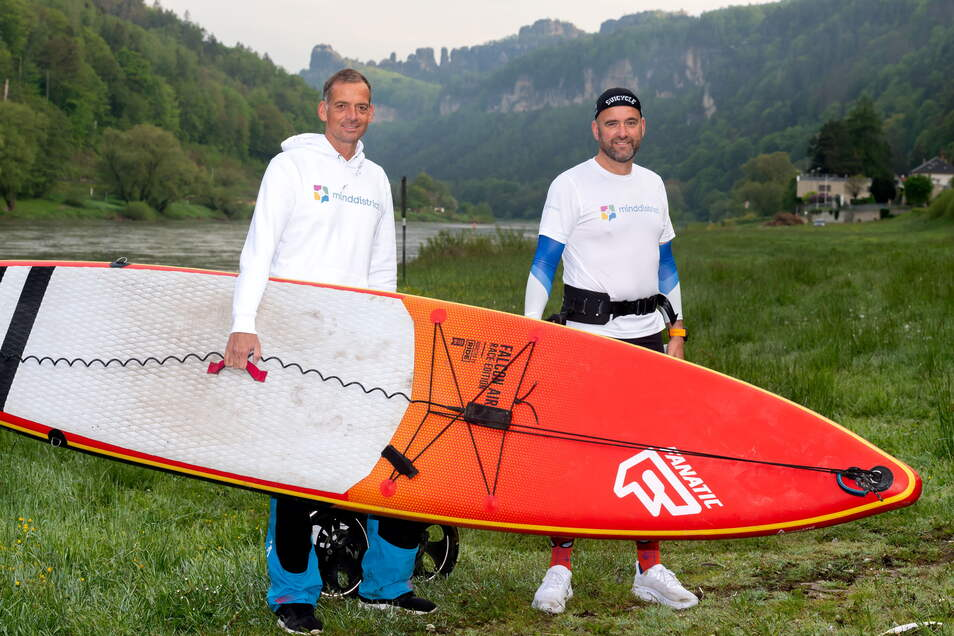 Stand-Up-Paddler Timm Kruse (li.) und Ultraläufer Philipp Jordan: von Schmilka 800 Kilometer bis zur Elbmündung bei Cuxhaven.