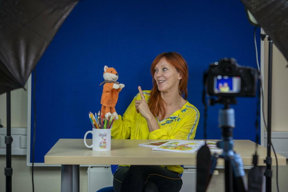 """""""Do you speak english?"""" - Mit der Handpuppe Fredy Fuchs bringt Susan Christine Fuchs normalerweise auf spielerischer Art Kindern in Kitas und Schulen Englisch bei. Doch wegen Corona geht das nicht. Sie dreht nun Filme."""