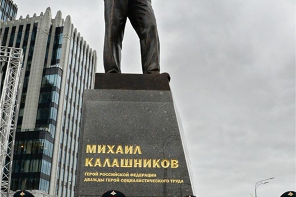 Das sieben Meter hohe Denkmal zeigt den Ingenieur Kalaschnikow mit einer AK-47 in der Hand - jener Waffe, die er 1947 entwickelte und von der es weltweit mehr als hundert Millionen Exemplare gibt.