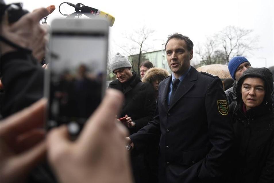 Polizeisprecher Thomas Geithner erklärt Pressevertretern, dass im Gebäude kein Sprengstoff gefunden wurde. Zuvor hatten Sprengstoff-Spürhunde auf einer öffentlichen Toilette angeschlagen. Höchstwahrscheinlich reagierten die Hunde auf ein Pflegemittel für Gummi.